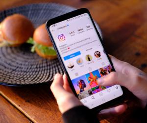 Se è vero che la reach organica dei post sui social network è morta e che i brand per ottenere visibilità devono necessariamente sponsorizzare i propri contenuti, questo non è valido per le stories.