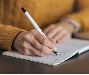 Scrivere bene è una porta d'accesso spesso sottovalutata e allenare la scrittura è uno scioglilingua per la mente. La scrittura, erroneamente tralasciata nei colloqui di lavoro, è un trampolino dal quale ci possiamo buttare tutti: la differenza è fatta dall'atterraggio.