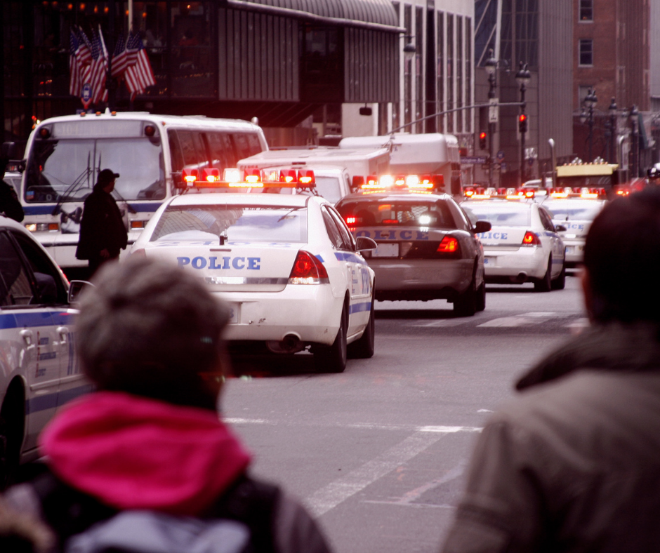 In una strada trafficata, durante l'ora di punta, un'automobile ignora un semaforo rosso e viene colpita da un altro mezzo proveniente dalla sua destra. L'incidente, seppur non drammatico, potrebbe aver causato dei feriti. Eppure, nonostante ci siano molti testimoni, nessuno va in soccorso dei due guidatori e ciascuno resta a guardare la scena, aspettando che qualcun altro faccia la prima mossa.